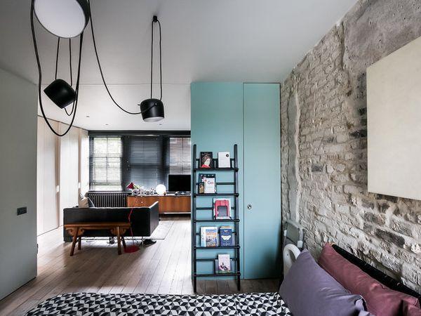 Un canapé vert dans le salon