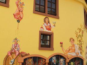 Auf dem ersten Foto ist unverkennbar, dass der vor dem Gefängnis stehende Kunstmaler Werner Hofmann identisch ist mit dem Weingott Bacchus, der über dem Gefängnis thront und dessen Schlüssel bewacht.