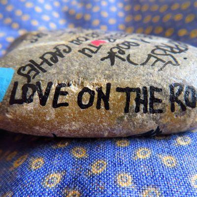 """Un galet décoré """"Love on the rocks"""" au bord d'un chemin en Provence"""