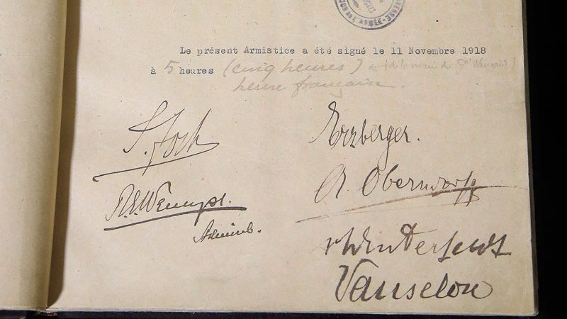 Le texte original de l'armistice a été présenté au Château de Vincennes, après être resté 59 ans dans les coffres du ministère de la Défense. (AP)  - L'amiral britannique Rosslyn Wemyss. (Library of Congress)