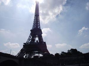Bateau-mouche sur la Seine de la tour effeil à Notre Dame