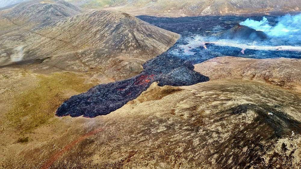 Geldingadalur - la  coulée de lave passe le col vers Meradalur -  photo 16.04.2021 / Reynir Freyr Péta - RÚV