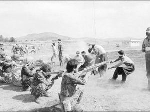 Manifestation pendant la Révolution iranienne, en 1978. Source: Wikirouge et trois photos de la répression islamique. Source: https://iranenlutte.wordpress.com/2009/08/18/le-desir-ne-mourra-jamais-que-sest-il-passe-pendant-lete-sanglant-au-kurdistan/