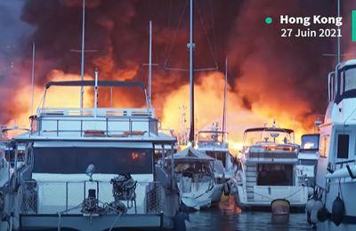 VIDEO - 20 yachts sombrent dans un port de plaisance de Hong-Kong