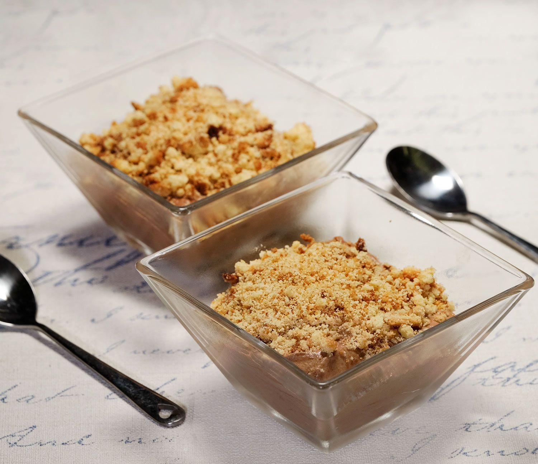 Mousse aux deux chocolats et praliné, miettes de sablé breton