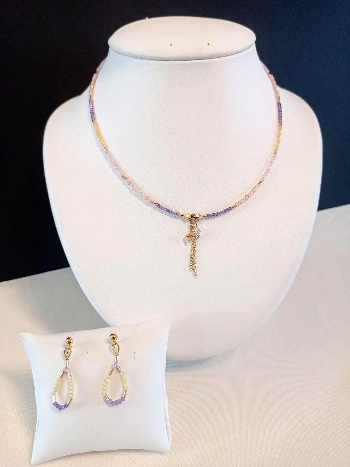 REF.VN203.Collier perles zirconium + cristal de Swarovski avec Chaîne de rallonge . Long. entre 40 et 42,5cm. BO avec clous en  métal doré européen. COLLIER 30€ - BO 14€.