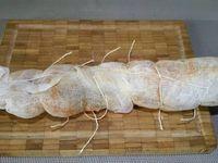 2 - Déplier 2 compresses et les superpoer, faire la même chose avec les 2 autres compresses, les disposer ensuite côte à cote en les faisant se chevaucher légèrement. Poser le filet mignon au centre des compresses et rabattre les 2 côtés sur la viande, terminer en repliant les 2 extrémités. Ficeler le tout avec du fil alimentaire pour maintenir l'ensemble des compresses bien en place. Placer votre pièce de viande ainsi emmaillotée dans le bac à légumes du réfrigérateur pendant 3 semaines. Le temps écoulé, ôter les compresses de  votre préparation, votre Lomo est prêt à être consommé. Vous pourrez le servir en tapas à l'apéritif (comme en Espagne) ou dans un plateau de charcuterie.
