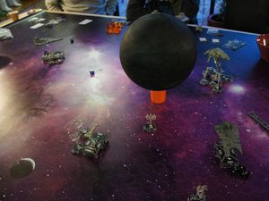 Il y a des mouches ? Non ce ne sont que quelques X-wings ! Et quoi que vous pensiez, et bien, au 6eme tour le joueur rebelle avait encore ...1 vaisseau et gagne donc !