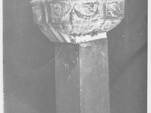 Détail des fonts baptismaux par une photographie de Jean-Philippe Brun et par un document disponible dans la base POP du Ministère de la culture.