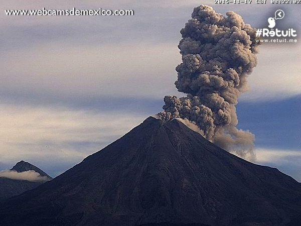Colima - les explosions de 8h22, 9h00 et 10h12 - photos WebcamsdeMexico - un clic pour agrandir