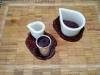 1 - Peler l'avocat, le citroner légèrement pour qu'il ne s'oxyde pas et l'écraser à la fourchette; saler et poivrer (la moitié de la préparation servira à la réalisation de l'autre entrée). Découper 4 belles tranches dans la tomate et les détailler à l'emporte-pièce rond de 7cm de diamètre environ (en garder 2 pour l'autre recette). Dans une betterave cuite et épluchée, couper plusieurs tranches de même épaisseur et réaliser à l'aide d'emporte-pièces des petits disques, et des gouttes de petites et plus grandes tailles