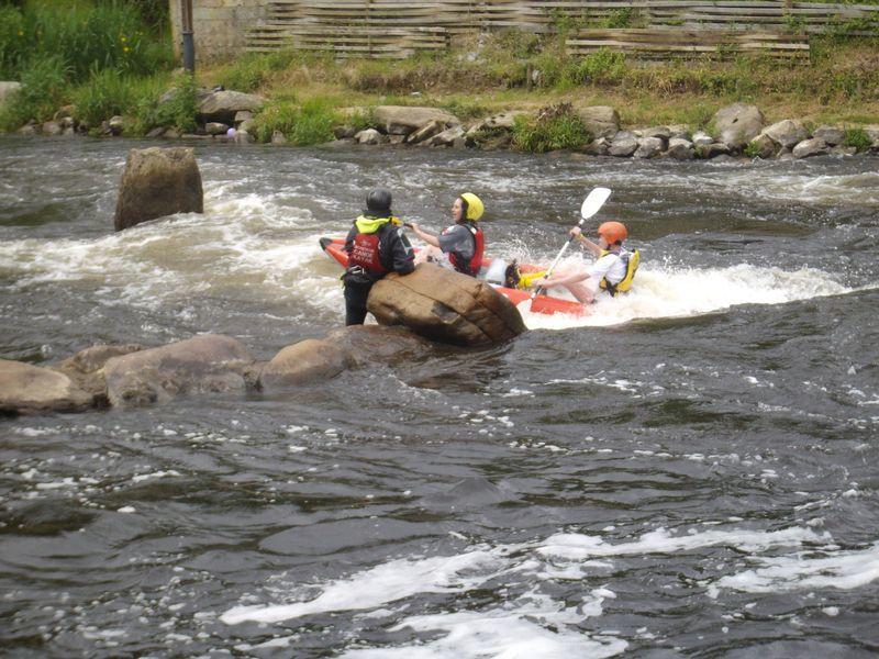 99 équipes et près de 800 kayakistes vont se relayer dans des embarcations biplaces gonflables afin d'effectuer le plus de tours possible de l'Île de Locastel à Inzinzac-Lochrist sur le Blavet. La compétition s'étend de 10h à 16h le dimanche.