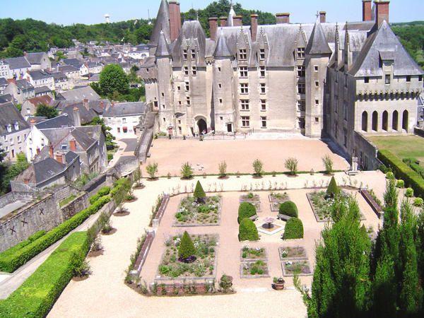 D'abord forteresse médiévale puis château royal.