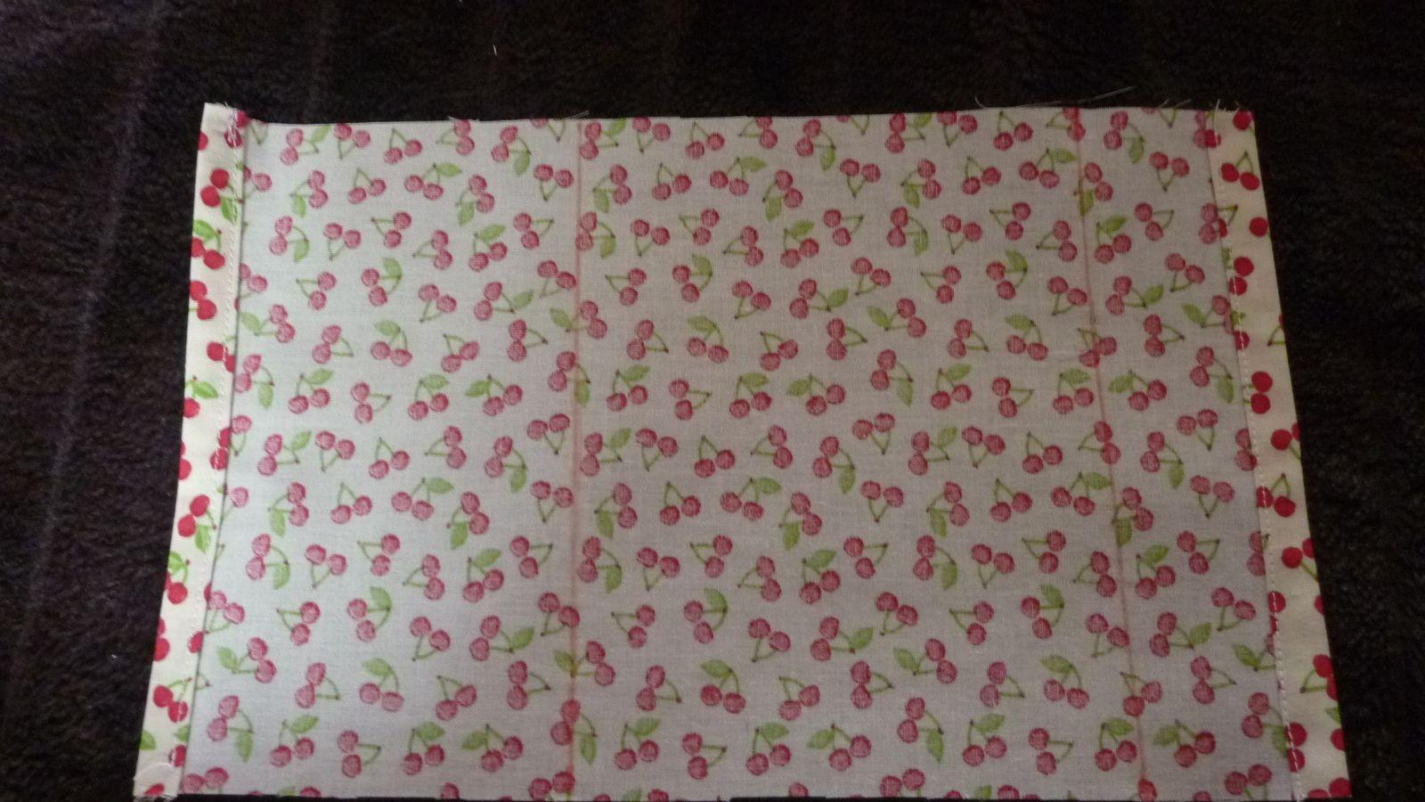 Tissu 17 x 32 cm - Faire un double rentré de 1cm de chaque côté.