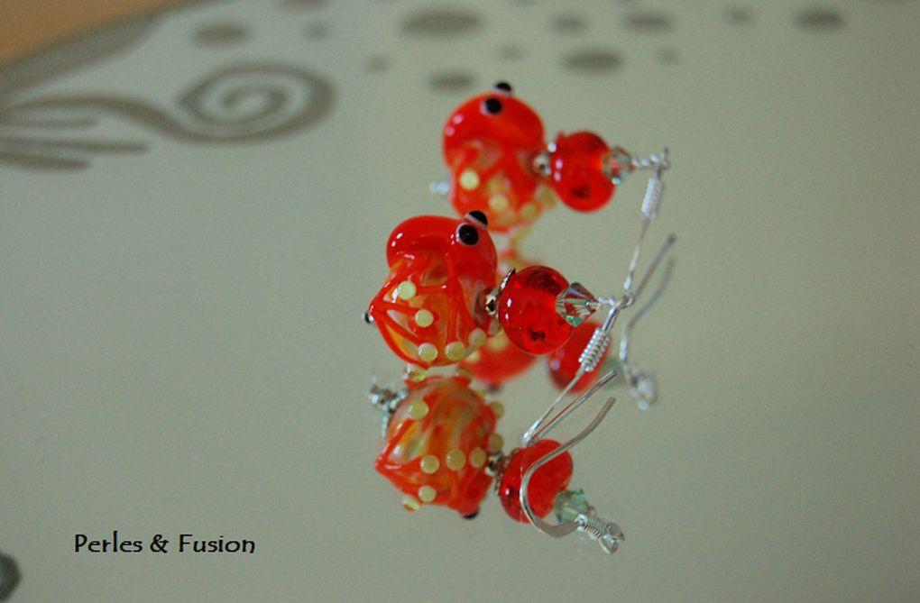 Boucles d'oreilles composées de perles en verre colorées filées au chalumeau par mes soins et parfois d'autres perles(bois, argent...).Chaque paire est unique. Disponibles au 4/01/19 sur ma boutique en ligne PerlesFusion.etsy.com