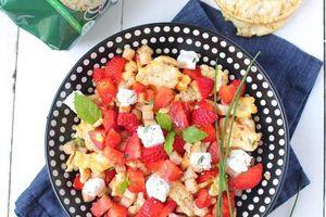 Salade de Fraises Poulet & Galettes de Maïs Saveur Oignon Crème à la Ciboulette