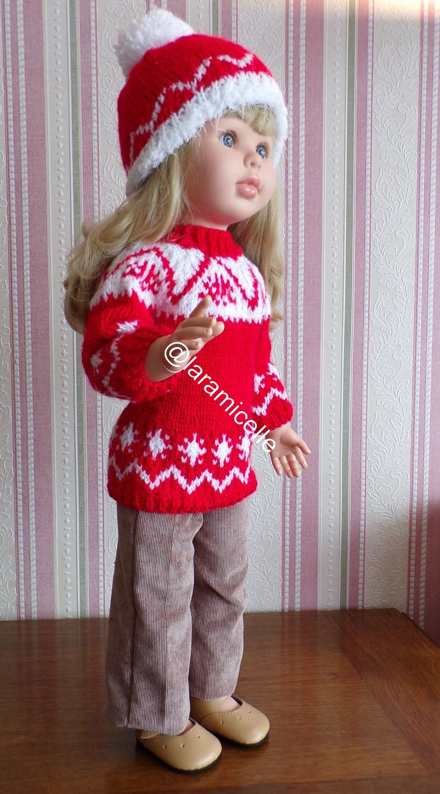 tuto gratuit poupée  : bonnet jacquard rouge et blanc