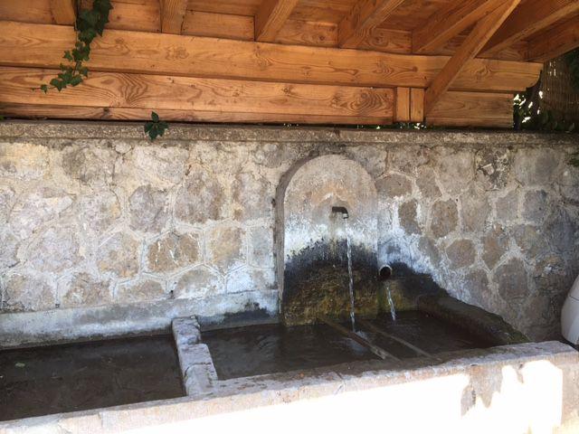 Chamaloc : le lavoir:Fontaine
