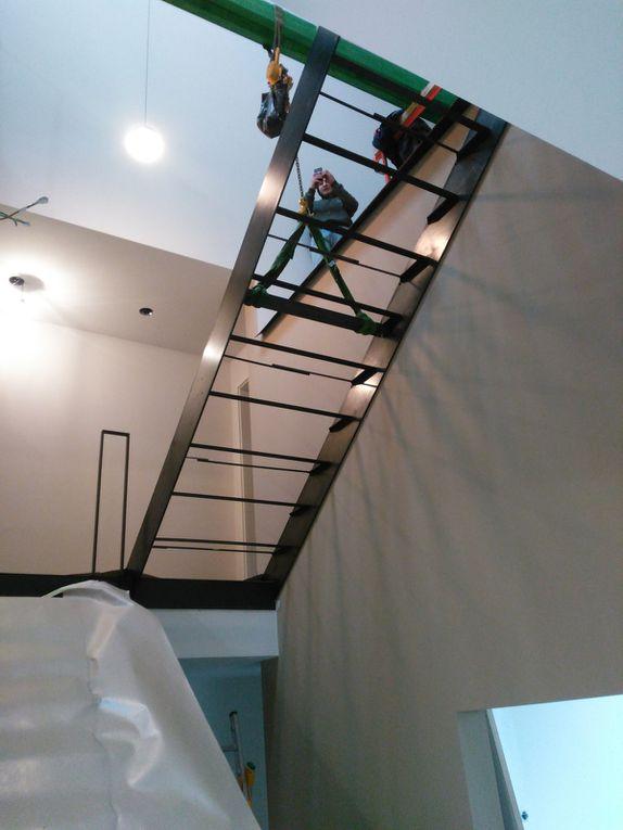 escalier propre et sur mesure - structure en acier et marche en bois chêne légèrement blanchit et vernis