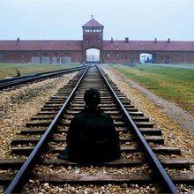 Un bouddhiste à Auschwitz (by Steve McCurry)