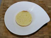 4 - Passer au montage du gâteau en posant sur une assiette à dessert un premier disque de quatre quarts, répartir de la crème pâtissière avec une poche à douille. Recouvrir d'un deuxième disque de quatre quarts, surmonter d'une tranche de poire. Etaler la pâte d'amande en une couche fine, découper un cercle de la même façon que pour la poire et l'evider au centre également. Le placer sur la tranche de poire. Terminer par décorer le centre d'une noix de crème pâtissière.