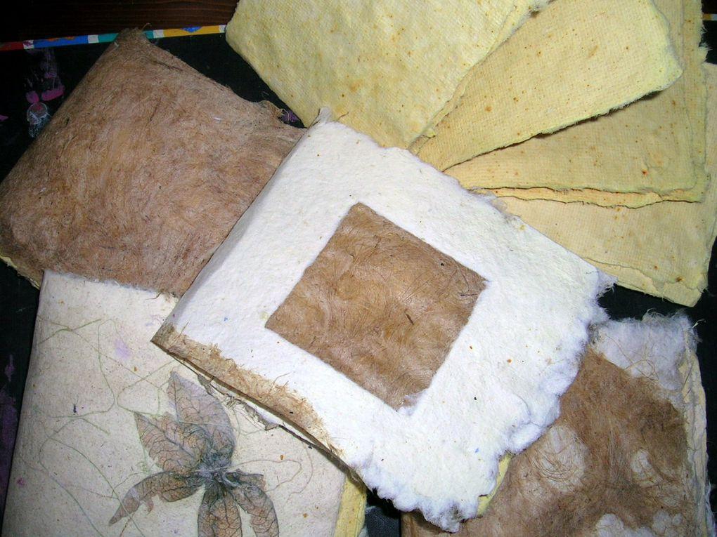 papier réalisé avec des feuilles de curcuma et du chanvre coloré au rhizome de curcuma