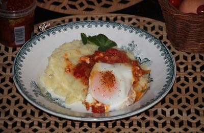 Purée au beurre, compotée de tomates à l'harissa et oeuf poché
