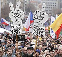 Prague : 25 000 manifestants boudent l'anniversaire de la révolution de velours et préfèrent manifester contre la politique d'austérité du gouvernement