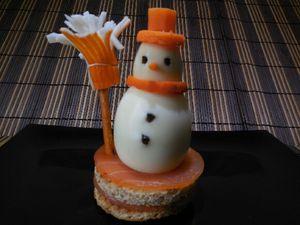 3 - Pour réaliser le balai, prendre un bretzel long coupé à la longueur voulue, un batonnet de surimi que vous découperez sur le bout pour imiter les franges du balai. Planter délicatement le surimi sur le bretzel, le maintenir avec de la ficelle de cuisine et fixer le balai ainsi réalisé dans la base de votre bonhomme de neige. Votre figurine est terminée. Vous pouvez la présenter accompagnée d'une mayonnaise, d'une sauce au yagourt ou à la crème fraîche.