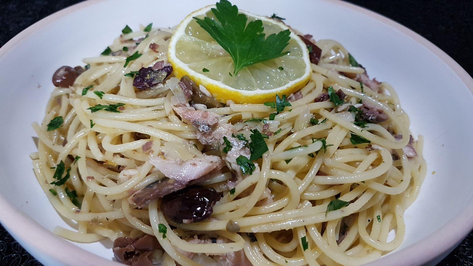 Spaghetti aux sardines, câpres et olives noires