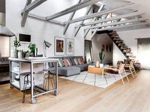 Un appartement sous les toits avec poutres apparentes