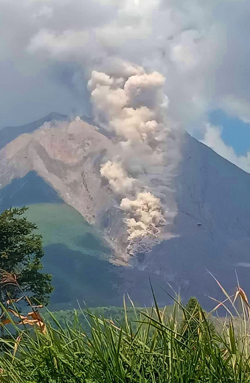 Sinabung - coulée pyroclastique du 06.02.2021 / 11h 58.  -  photo M. Muiz Sitepu / via Beidar Sinabung