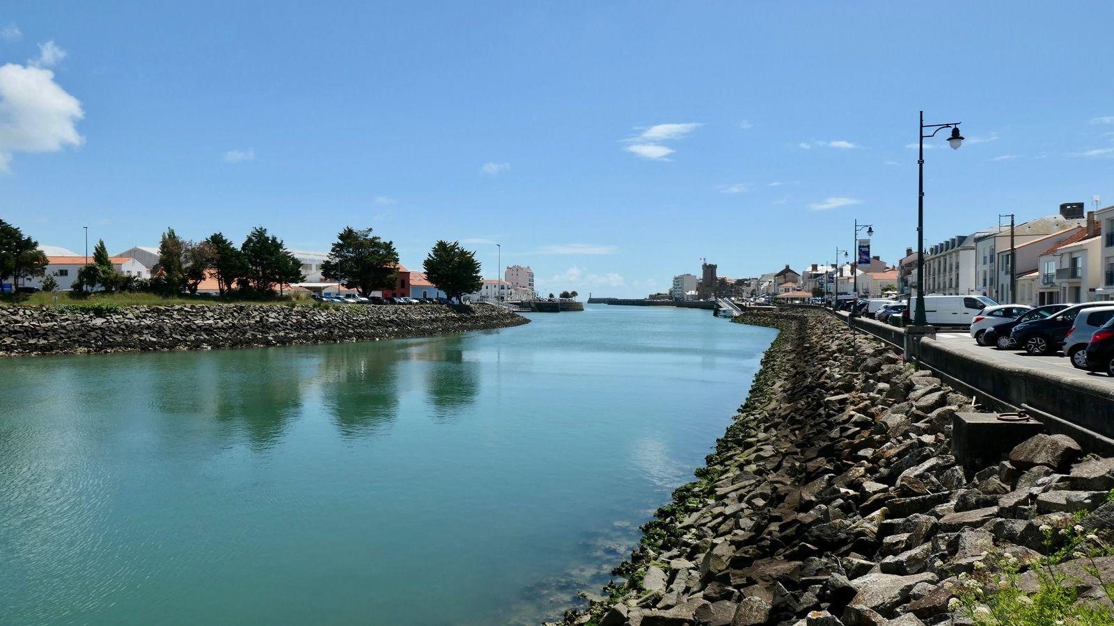 Le quartier de La Chaume, pour y aller on prendre une navette maritime. Tour Arundel, Prieuré St Nicolas, le phare de l'Armandèchele chenal,