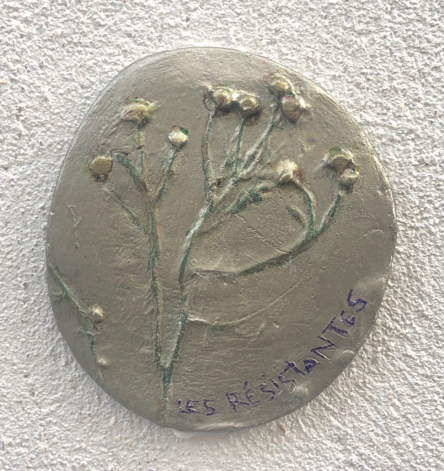 Intervention urbaine.. Moulage en relief des herbes urbaine sauvage, mise en couleur et apposé sur les murs parisiens du XIVeme