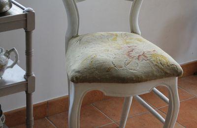 Une chaise patinée pour la chambre