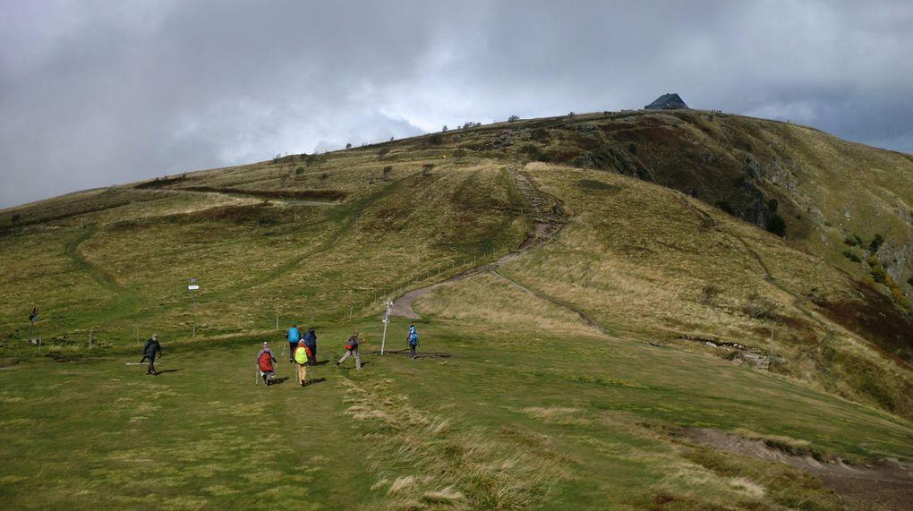 Sur les crêtes, le vent souffle fort et le temps se gâte. La montée finale vers le Hohneck est rude après tous les efforts de la journée.