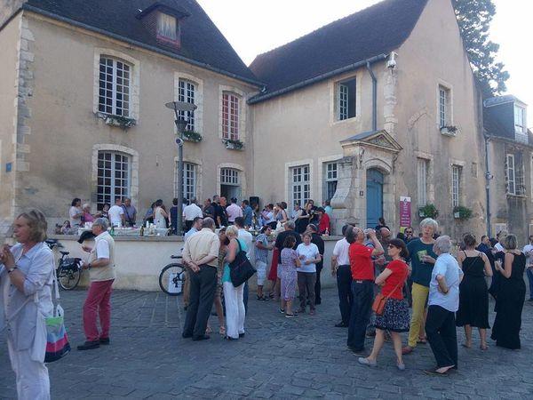 Beaucoup de monde devant les bureaux de l'Office de tourisme pour l'apéro solidaire.