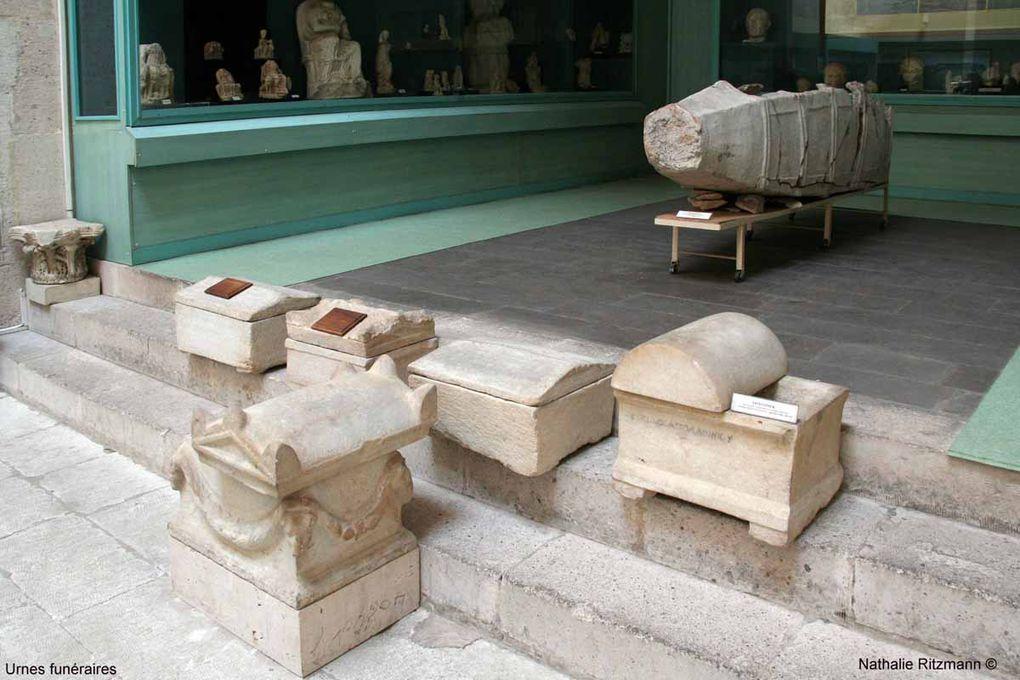 Hormis de nombreuses pièces de monnaie de différentes époques, des terres cuites et du marbre de l'époque romaine, ma préférence va incontestablement au sarcophage qui trône en plein milieu du musée...