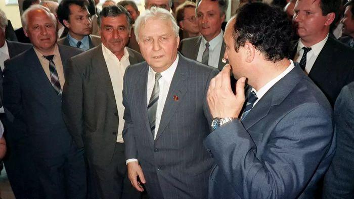 Décès d'Egor Ligatchev, cerveau de la campagne anti-alcool, bras droit puis critique de Mikhaïl Gorbatchev