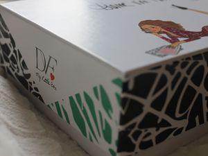 Une box dessinée avec soins pour la collaboration et toujours un aussi bon soin pour l'empaquetage des 'choses'...