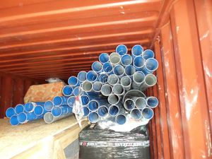 Nos amis de l'ADRAR ont fait expédier à Sars Poteries dans le Nord chez nos amis d'ATM qui nous envoient par container tout le matériel nécessaire que l'on ne trouve pas à Madagascar. 1re photo : des chasses à auget - 2e photo :  des tuyaux à une dimension et à la qualité inhabituelles ici - 3e photo : Les ballots de bâches de la station soigneusement emballées par les bons soins de nos amis d'ATM : elles ne doivent absolument pas être percées.
