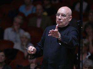 dennis russell davies, un pianiste américain et chef d'orchestre orienté vers les oeuvres de compositeurs modernes