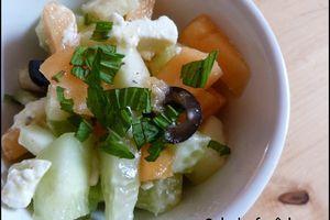 Salade fraîcheur au concombre, melon, feta & olives noires