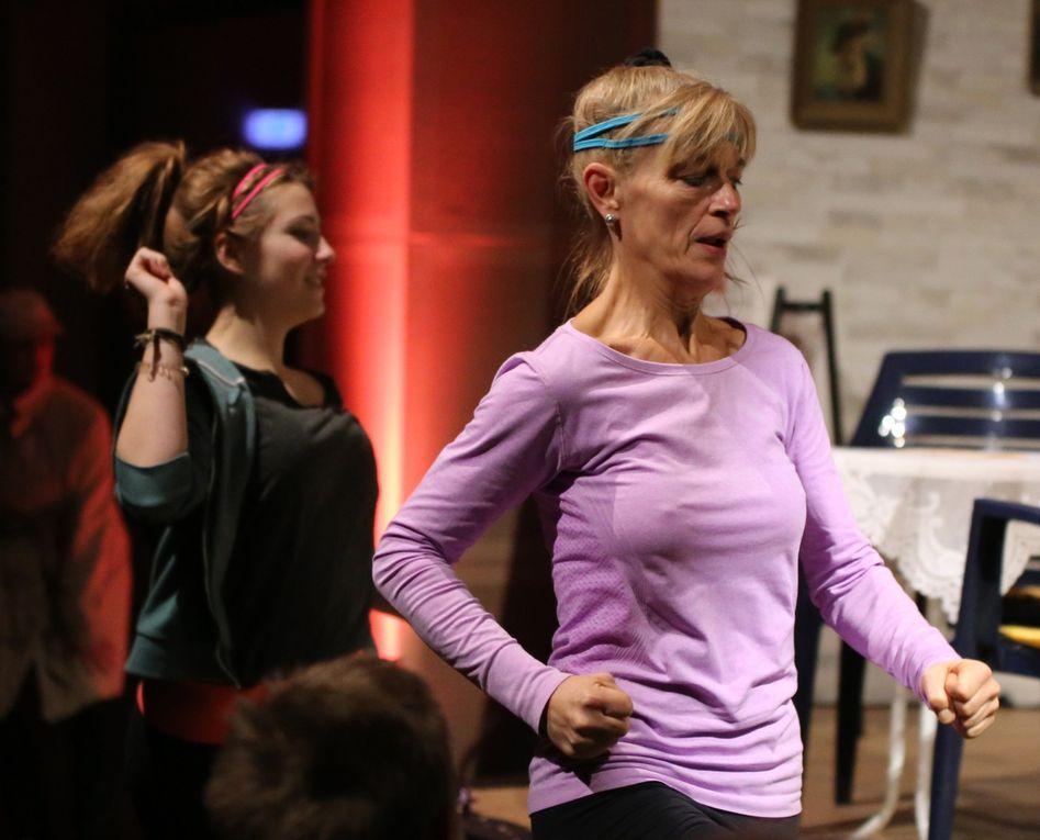 Für Abwechslung im Handlungsgeschehen und für Belebung im Saal und auf der Bühne sorgt eine vom Regisseur eingebaute Aerobicgruppe  mit Charmaine und Matthias Brunzel und den beiden Soufleusen Sabine Sommer und Stefanie Wernert , die in Gustav's Café einkehren.