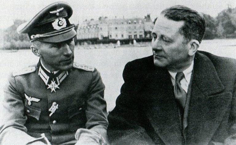 Ernst Jünger (gauche) et Carl Schmitt en barque devant le château de Rambouillet (1941)