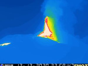 Etna - 12/13/2020 / 11:59 p.m. - therm webcam. EMOT / INGV and 14.12. 2020 / 00:28 - webcam LAVE - one click to enlarge
