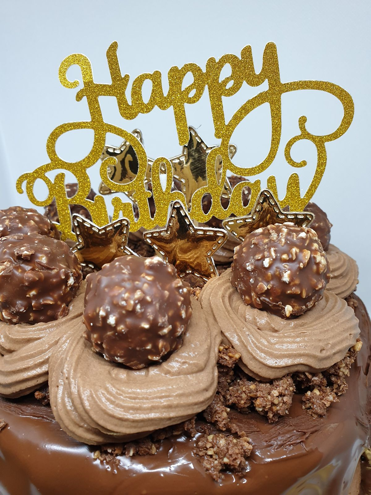 Layer cake : chocolat noir, Kinder Bueno et Ferrero Rochers