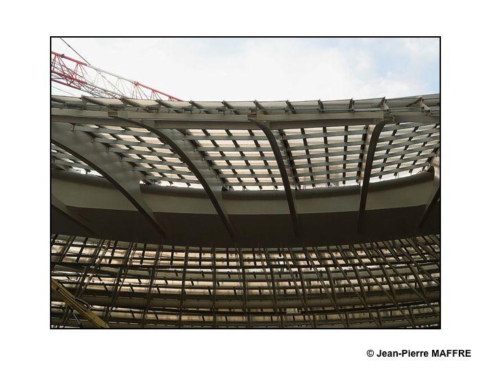 La canopée et son entrelacs de poutres métalliques apparaît peu à peu. Un chantier gigantesque. A suivre…