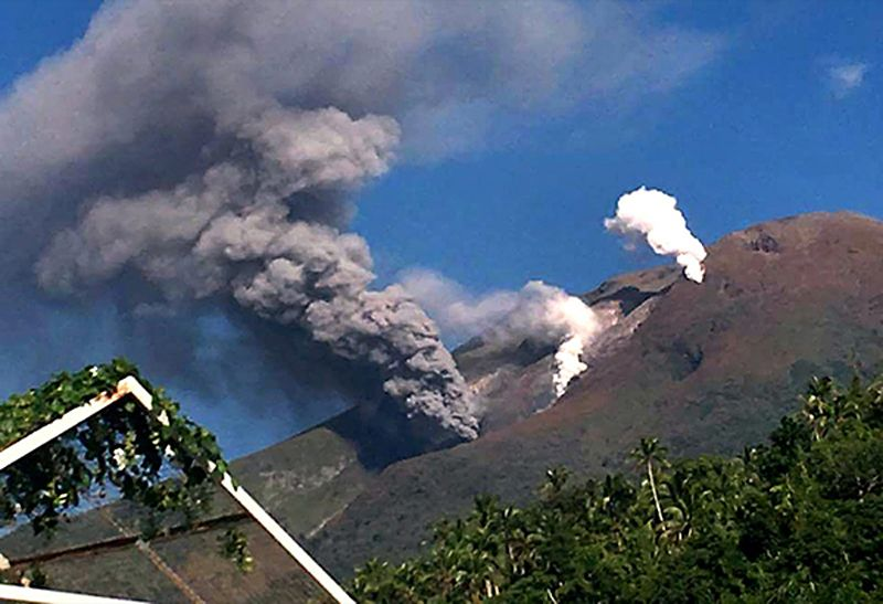 Bulusan - photo archives GVP 17.10. 2016. - White steam plumes can be seen rising from other vents. Photo by Drew Zuñiga and provided by 2D Albay, as posted in The Philippine Star