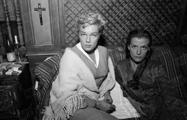 """Simone Signoret et Vera Clouzot sur le tournage du film """"Les Diaboliques"""" d'Henri-Georges Clouzot, en 1954. Walter Carone / Paris Match"""